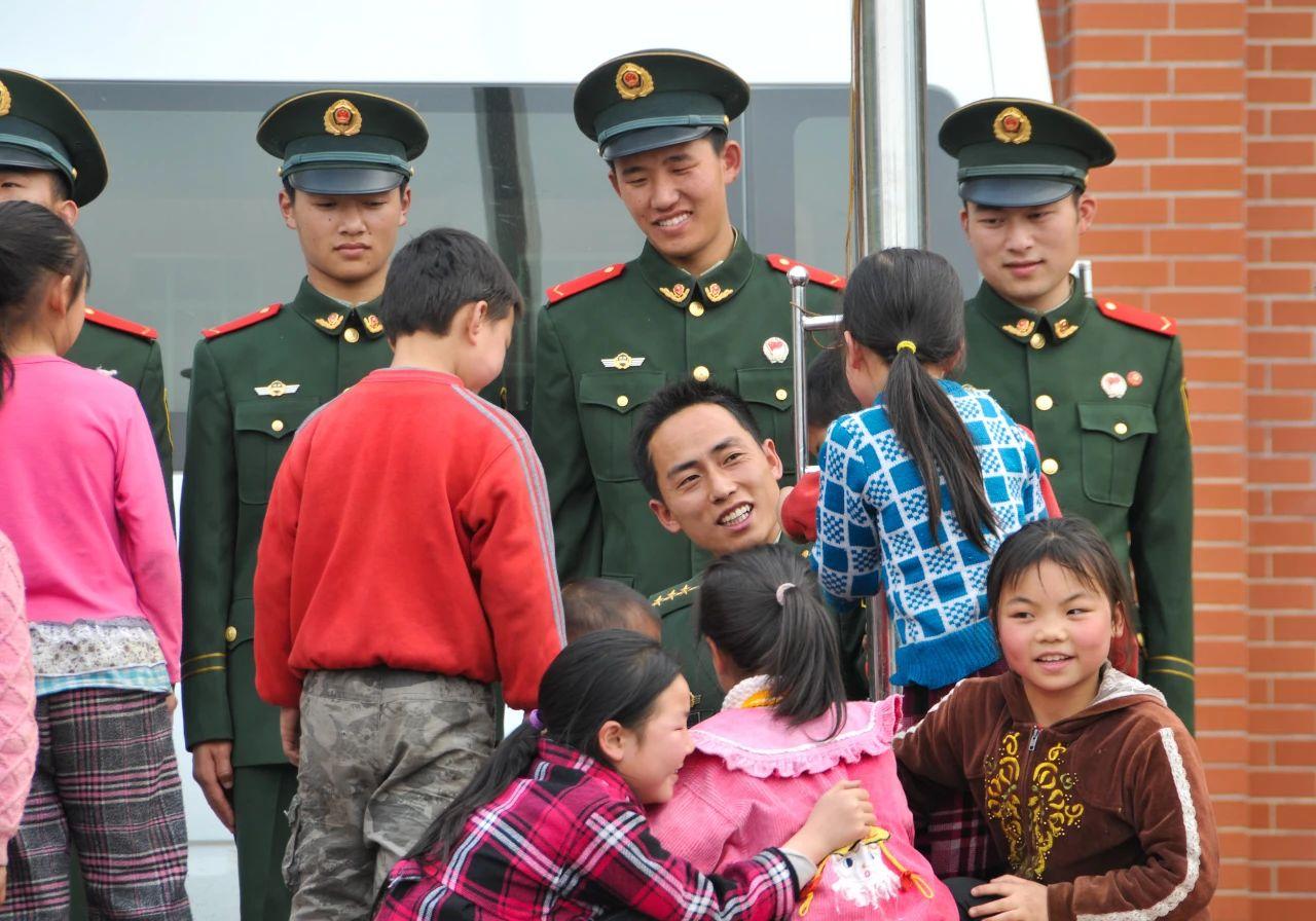 武警官兵看望学生并与他们谈心 赵众志 摄