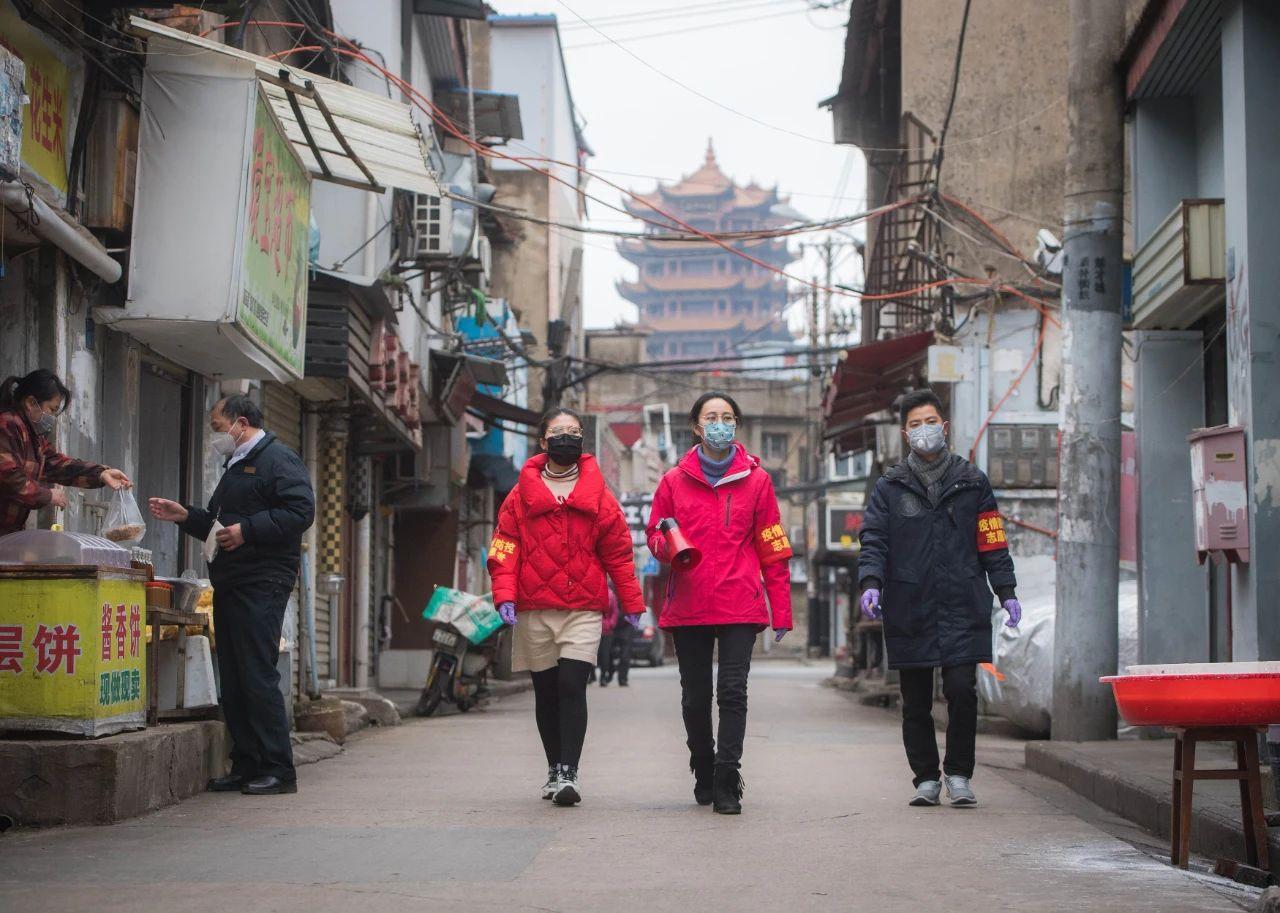 湖北武汉市社区党员上街进行防疫宣讲 肖艺九 摄