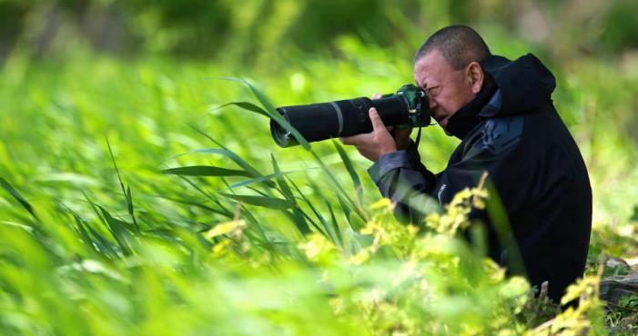 正在野外拍摄的孙晓宏