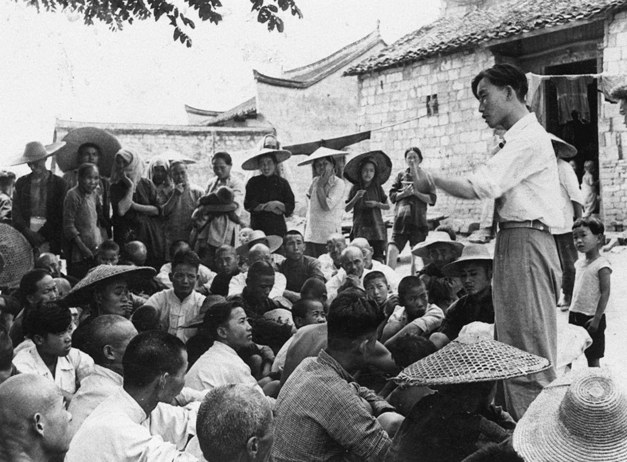 土地改革工作队干部下乡后召开群众性会议
