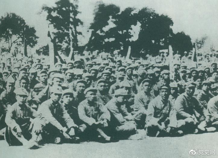 """卢沟桥事变后的第11天,1937年7月18日,延安召开群众大会,毛泽东发表演说。据当时报载:""""演词激昂,听众均摩拳擦掌,热血沸腾,愿赴抗日战场,与日寇决一死战。"""""""