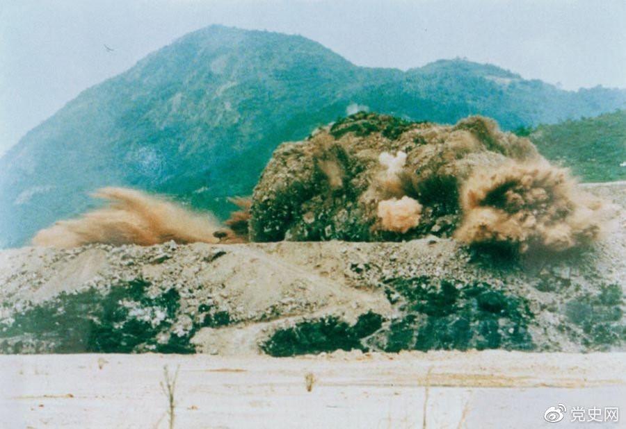 1979年7月20日,深圳蛇口工業區的建設者點燃開山炮時的場面。
