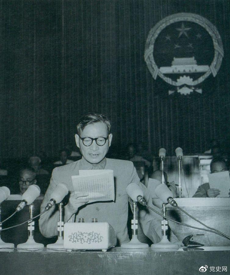 1955年7月,陈云在一届全国人大二次会议上作坚持和改进粮食统购统销工作的报告。