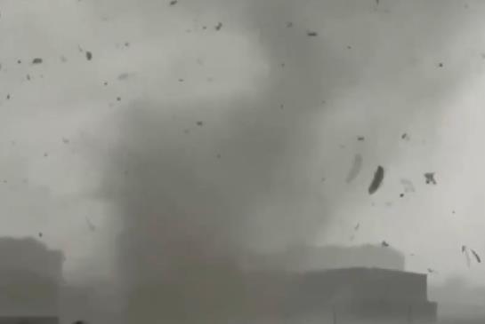 2人遇难 河北保定一村庄遭龙卷风袭击 彩钢屋顶被吹飞