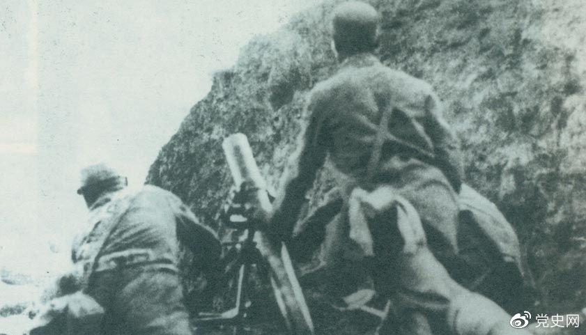 """1940年8月,八路军在总司令朱德、副总司令彭德怀的指挥下,向华北敌占交通线和各据点发动了大规模进攻战役,即""""百团大战""""。"""