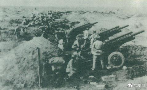 辽沈战役于1948年9月12日打响,东北野战军首先攻克锦州,至11月2日战役全部结束,歼灭卫立煌集团47万余人,取得震惊中外的巨大胜利。这是围攻锦州的东北野战军炮群。