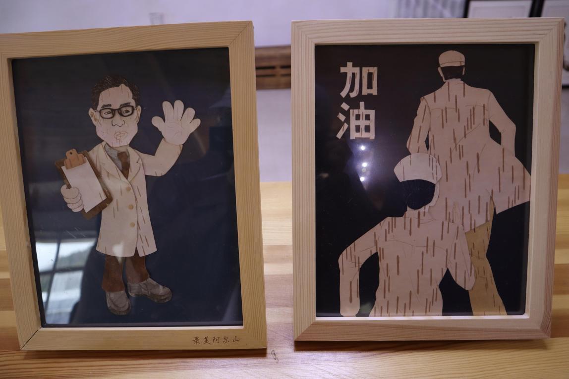 (抗疫主题的树皮画 央视网记者 王静远 摄)