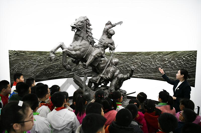 2021-09-26,在东北烈士纪念馆,学生们在听讲解员讲解。