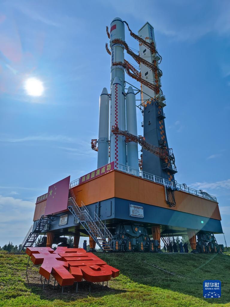 9月16日,天舟三号货运飞船与长征七号遥四运载火箭组合体在转运途中。新华社发(胡煦劼 摄)