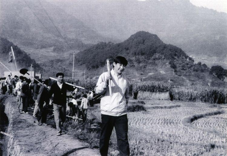 1989年12月2日,时任中共宁德地委书记的习近平带领地直机关千余名干部到宁德县南漈水利工地参加清沟排障修整水渠劳动。