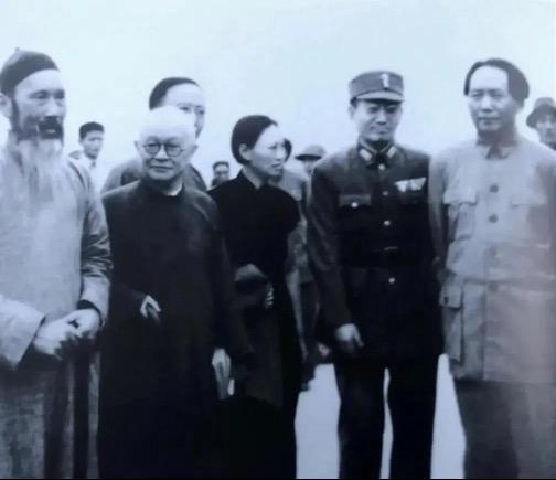 △1945年10月,重庆谈判后,毛泽东返回延安,张澜(左一)与邵力子(左二)、郭沫若(左三)、傅学文(左四)、张治中(左五)等人到机场欢送。